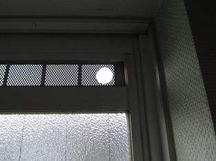 換気用小窓にあけた穴