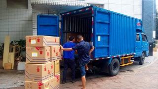 荷物搬出トラック