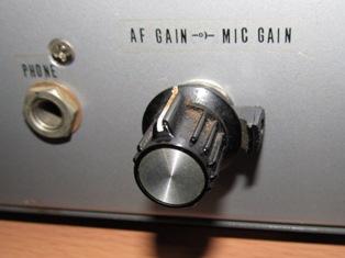 外側のレバー状のつまみがマイク音量VR