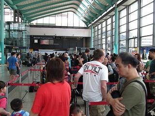 離港の長い列 外国人が多い