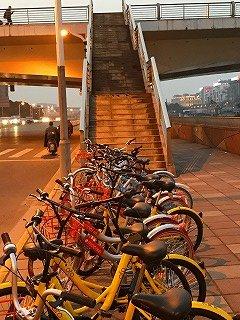 橋のたもとの自転車