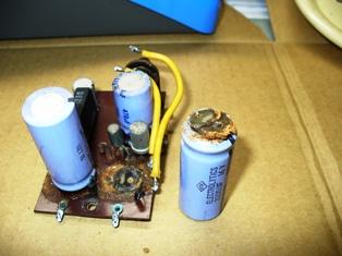 液漏れしたアルミ電解コンデンサ