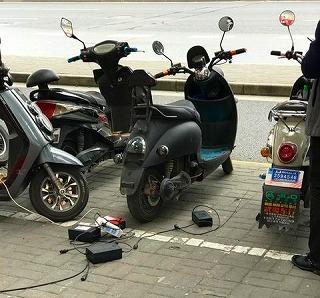 電動バイク充電風景
