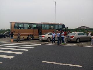 私たちの観光バス 扉が前と真ん中にあり乗降がスムーズ