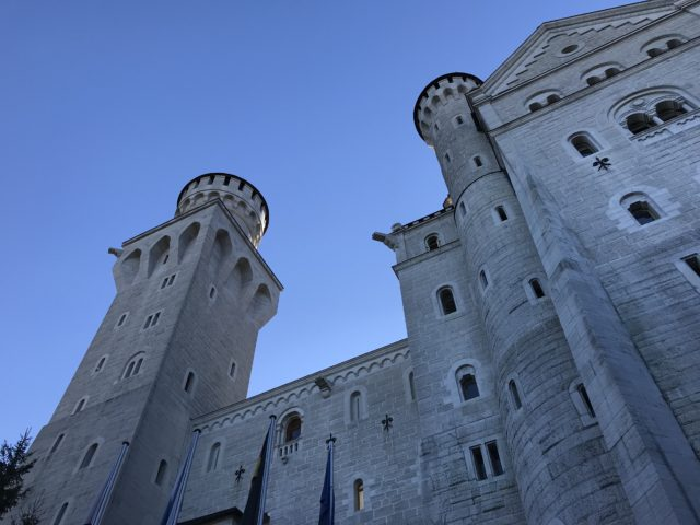 ノインシュヴァンシュタイン城を直下から見上げる写真