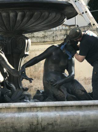 銅像のお掃除の写真