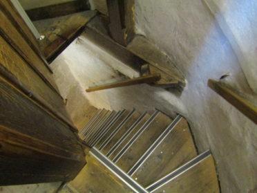 棟内部の階段の写真