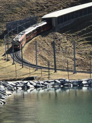 トンネルから赤い電車の写真