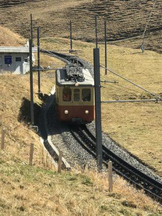 赤黄の荷物電車の写真