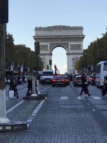 シャンゼリゼ通りと凱旋門の写真