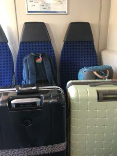 荷物を座席に置いている写真