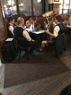 ビアホールの楽団の写真