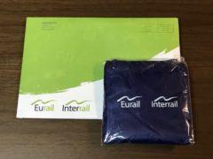 郵送されて来た記念品と封筒の写真