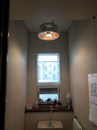 トイレの天井に設置した写真