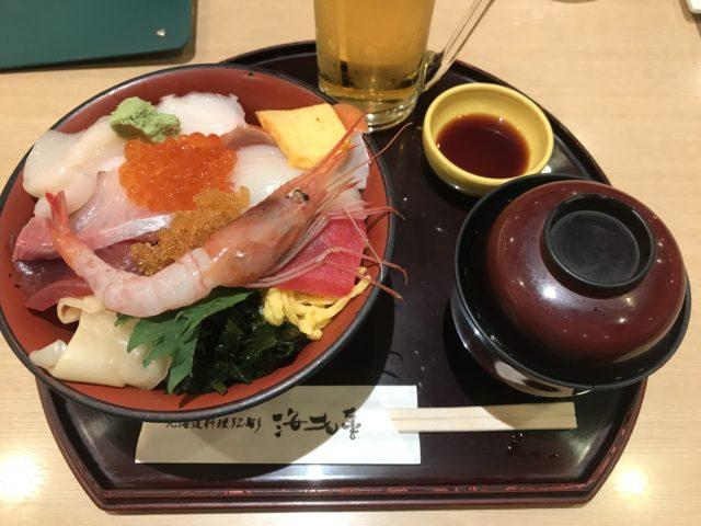 空港レストランの生チラシ丼の写真